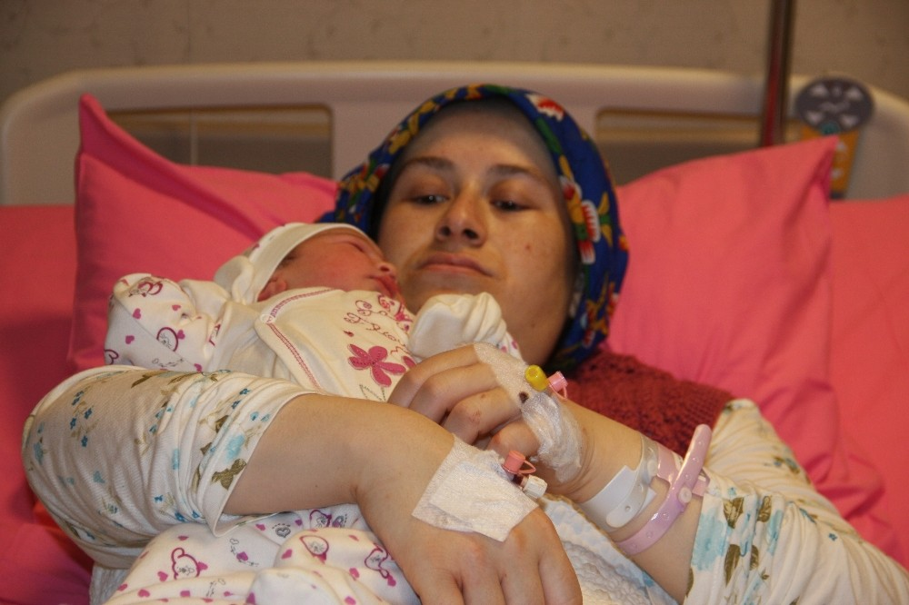 Gaziosmanpaşa'daki yangın nedeniyle farklı hastanelere giden anne bebek birbirine kavuştu