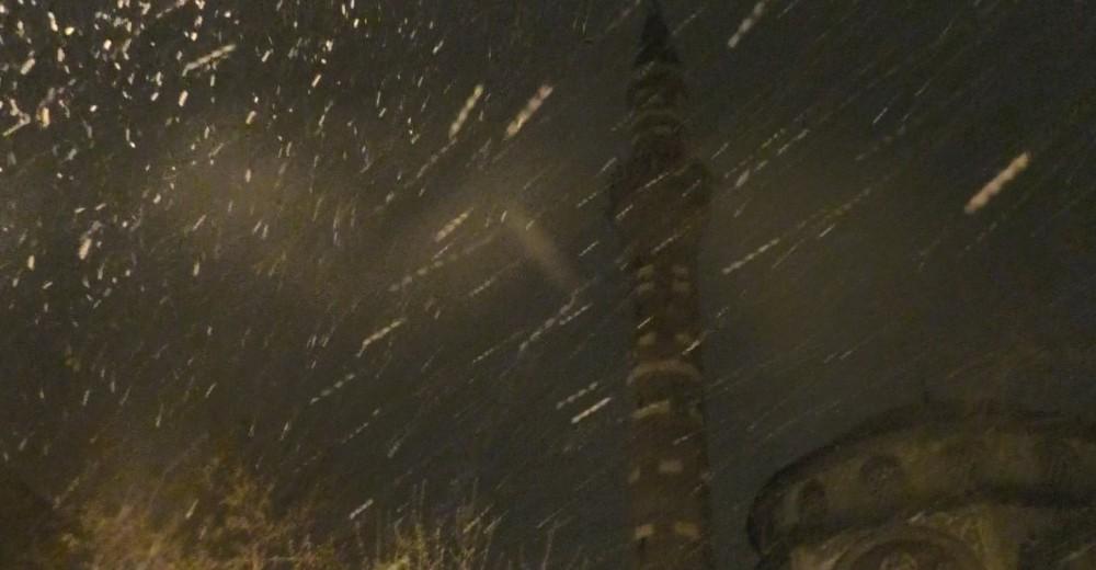 Kar yağışı Ağrılıları uykuda yakaladı