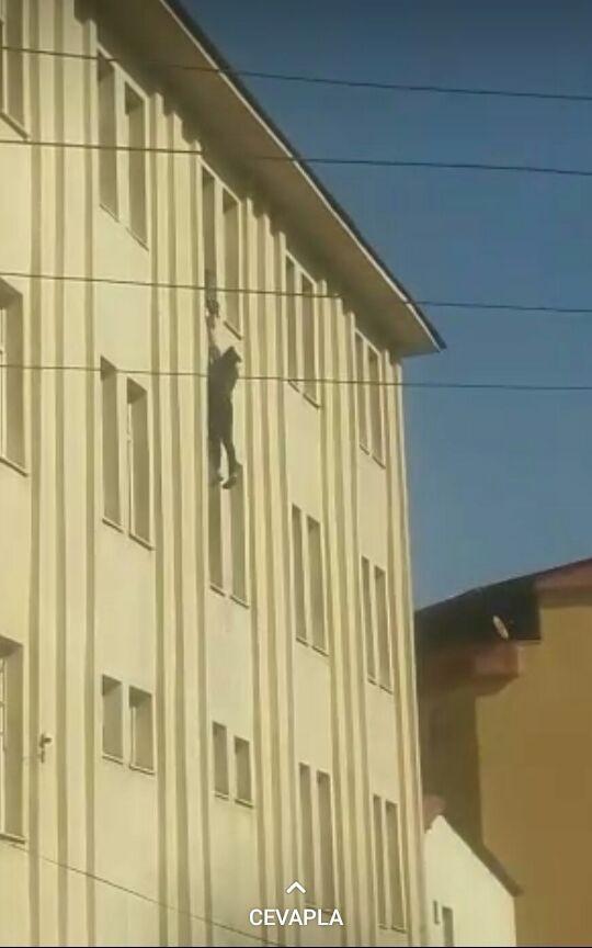 Genç kız yurdun 4'üncü katından atladı