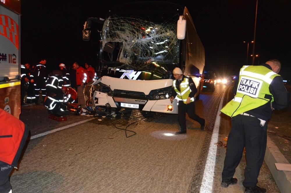 Yolcu otobüsü tıra çarptı: 1 ölü, 1 yaralı