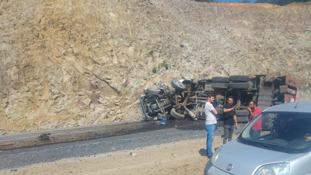 Zonguldak yolunda vinç devrildi: 1 yaralı