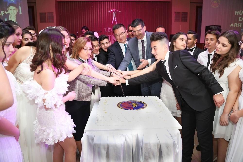 Belediye Başkanı Fatma Şahin öğrencilerle mezuniyet pastasını kesti