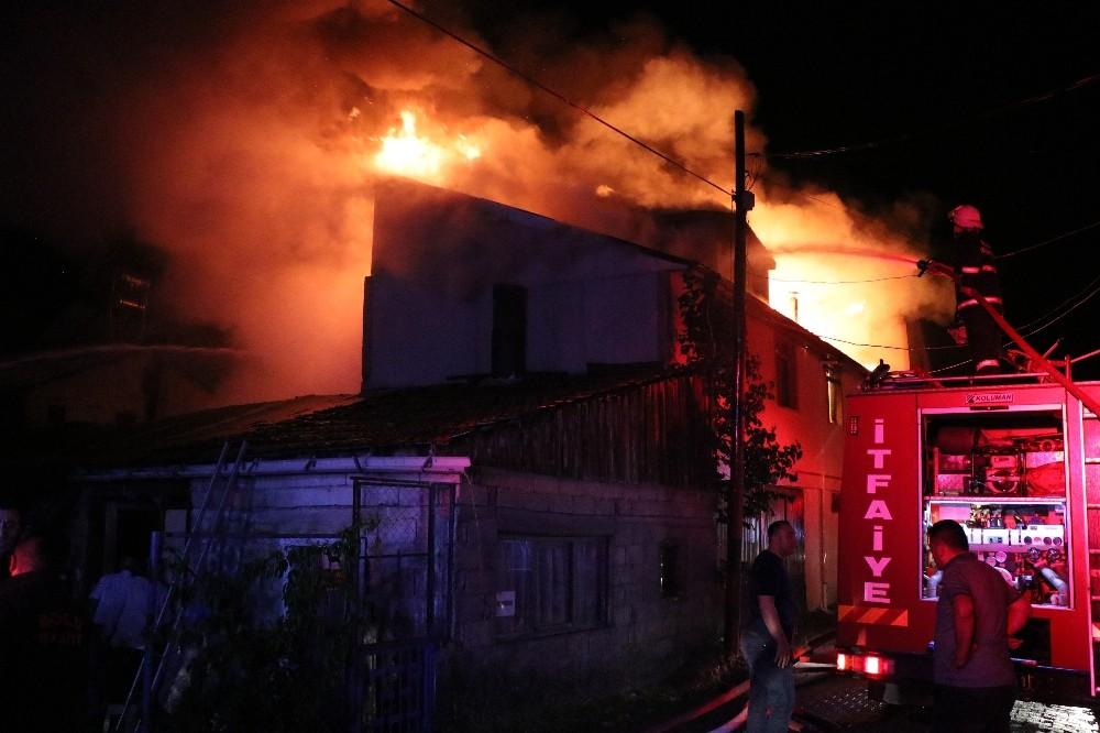 Bolu'da, 3 ev, ahır ve odunluk alev alev yandı
