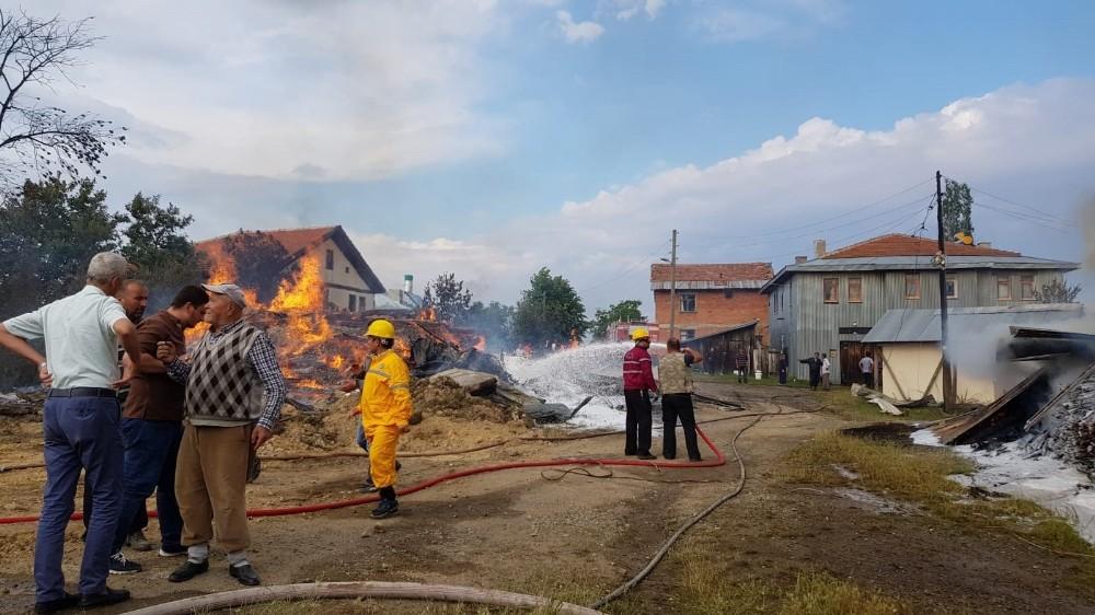 Kastamonu'da halen devam eden yangında 6 ev yandı