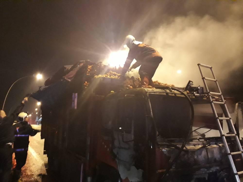 Ankara'da domates yüklü kamyon yandı