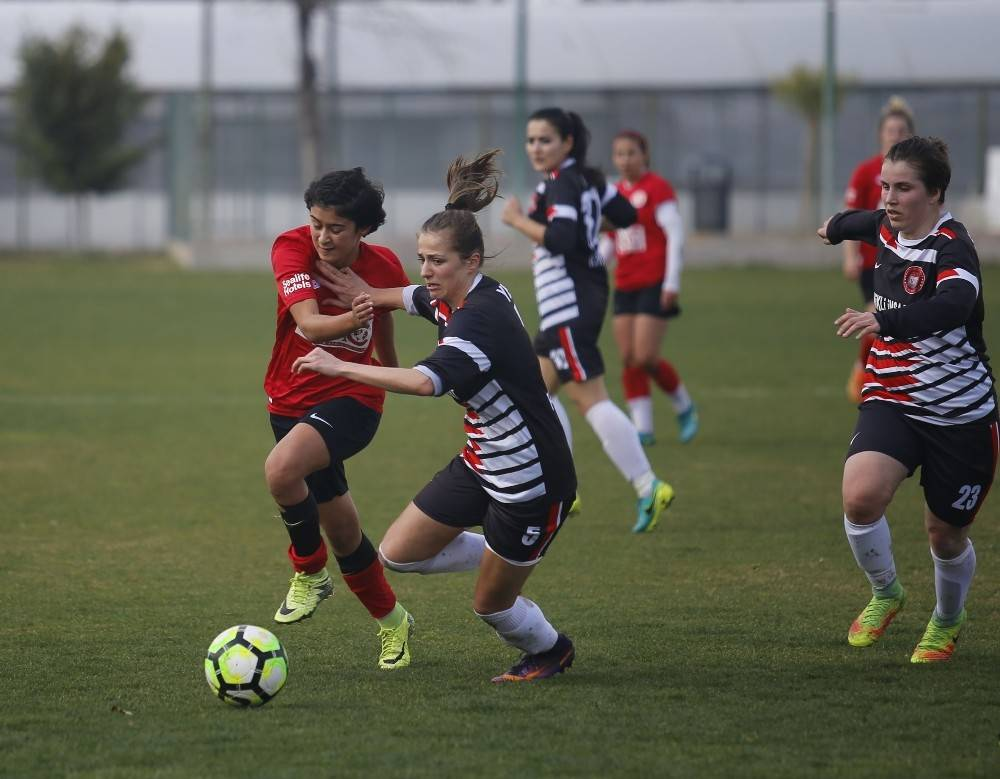 Döşemealtı Kadın Futbol Takımı haftayı 3 puanla geçti