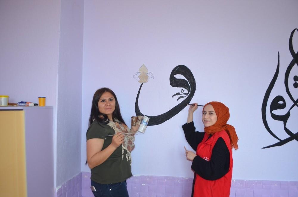 Gençlerden Kur'an Kursu duvarına sanatsal dokunuş