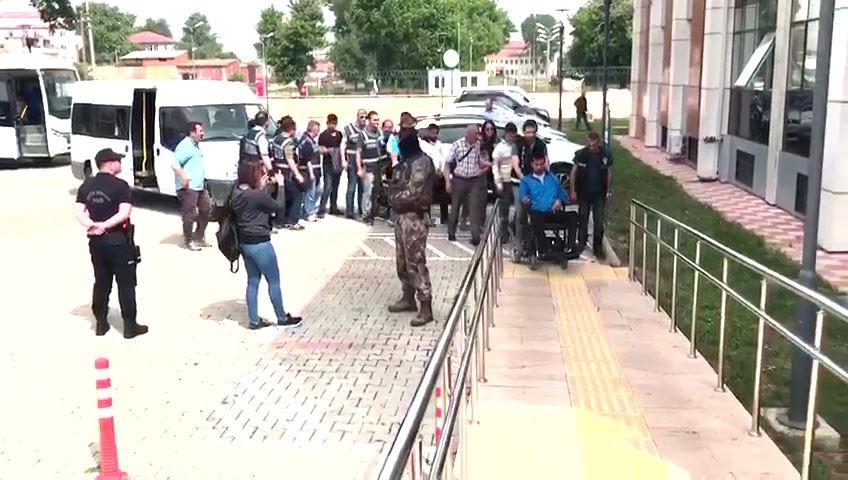 Bursa'da 300 polisle yapılan şafak baskınında gözaltına alınan 22 kişinin 12'si adliyeye sevk edildi