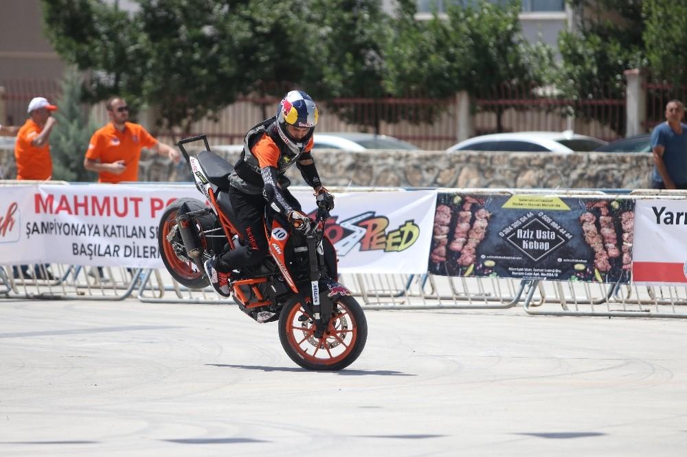 Akrobasi motosikletçileri nefes kesti