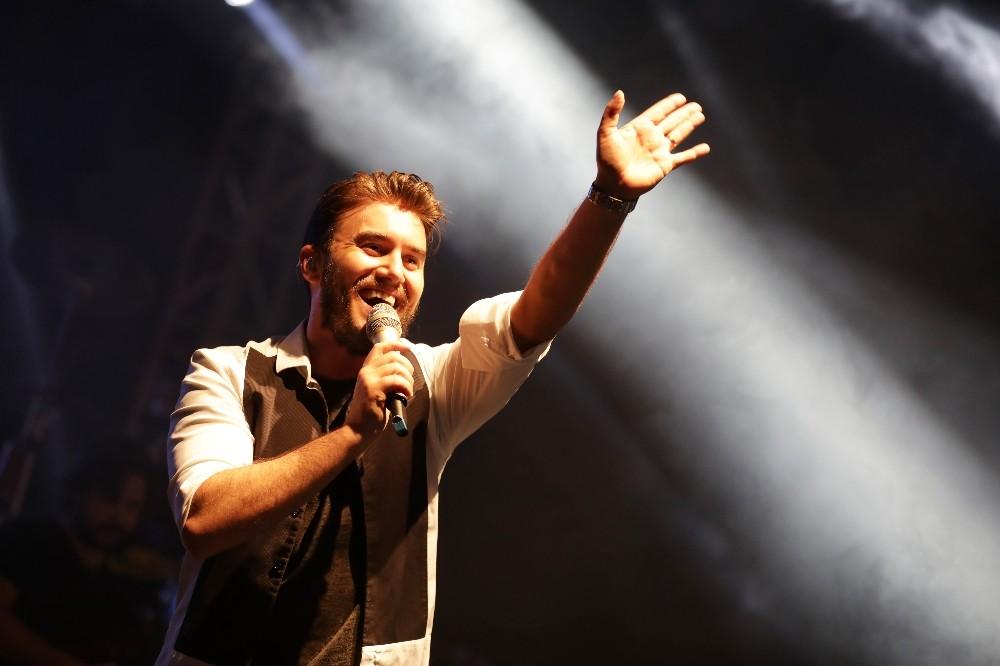 Mustafa Ceceli Kemer'de sahne aldı