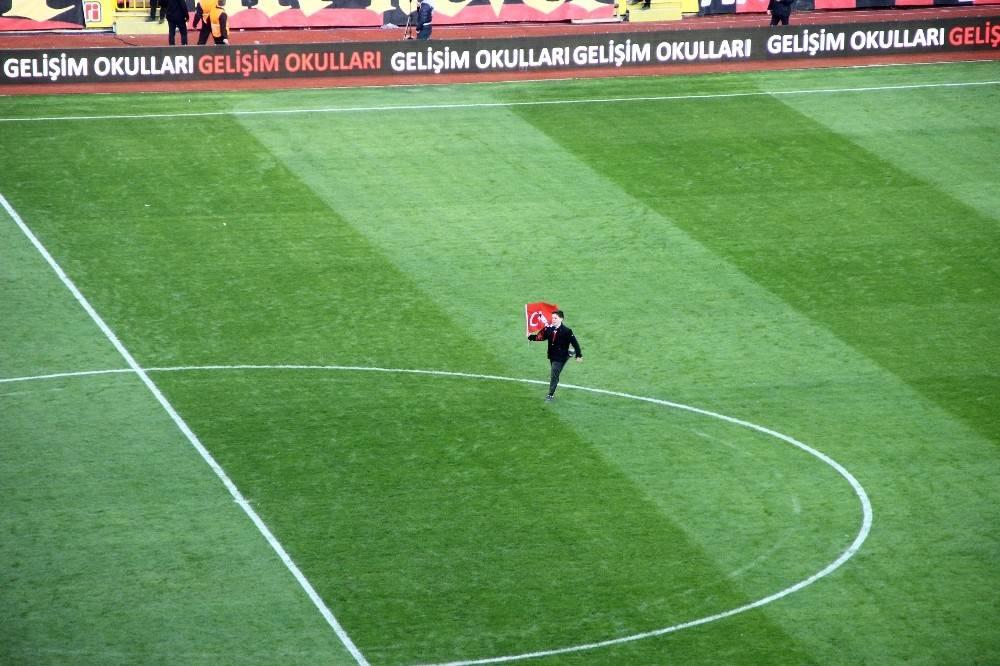 Minik taraftar stadın ortasına Türk bayrağı dikti
