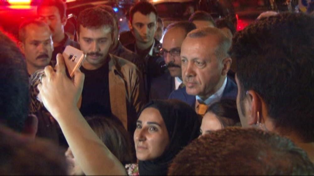 Cumhurbaşkanı Erdoğan TGRT Haber yayını sonrası vatandaşlarla fotoğraf çekildi