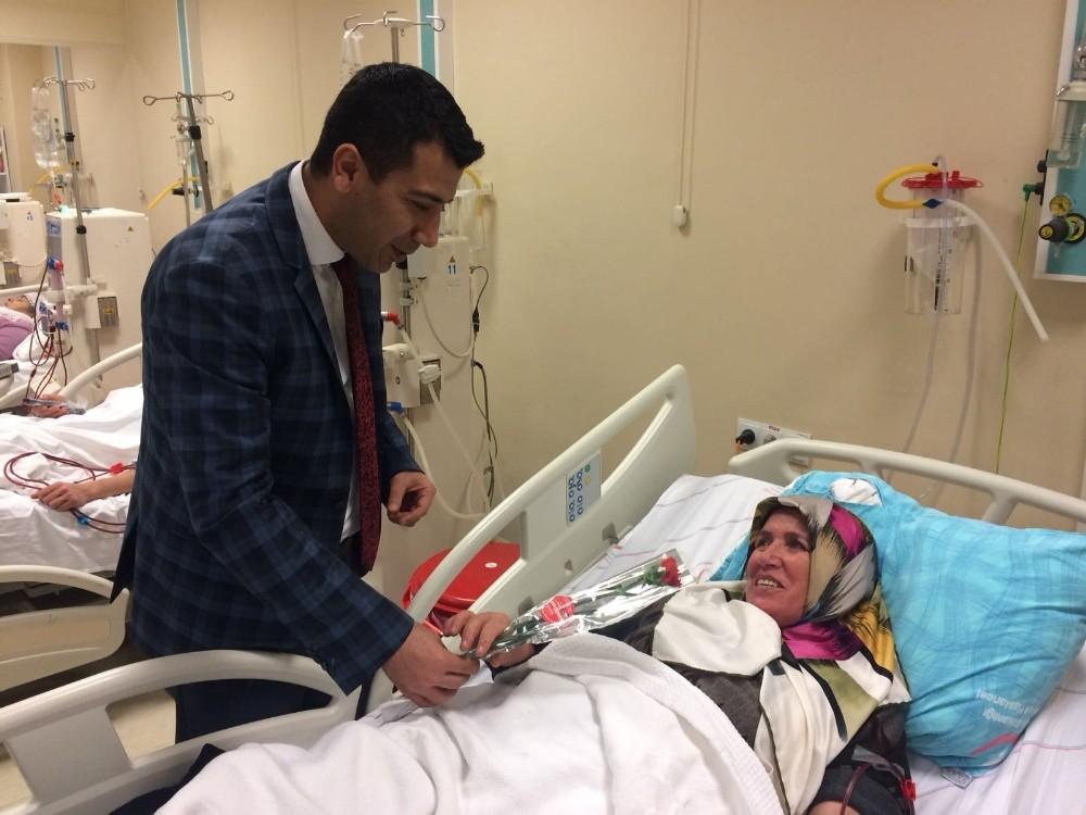 Başhekim Doğan kadın hastaların 8 Mart Kadınlar Gününü kutladı