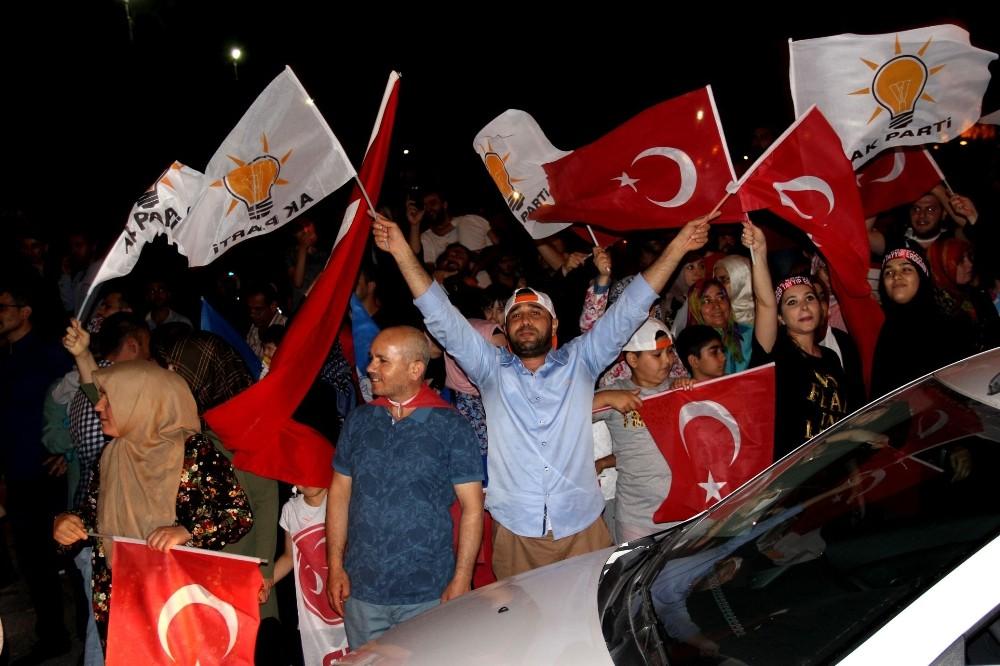 AK Parti ve MHP'li vatandaşlar 'Cumhur İttifakı' zaferini kutladı