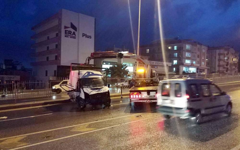 Kuşadası'nda minibüs takla attı: 3 yaralı