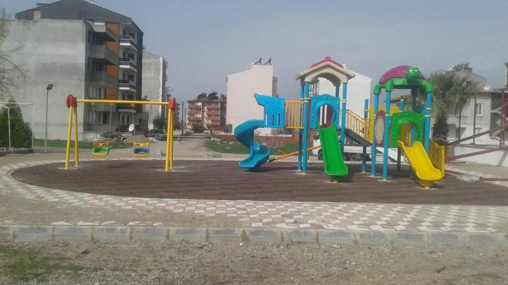 Burhaniye'de çocuklara yeni nesil oyun parkları