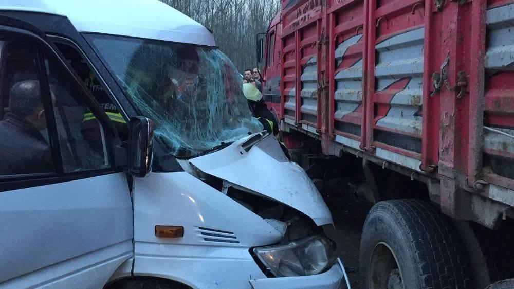 Servis minibüsü ile kamyon çarpıştı: 4 yaralı