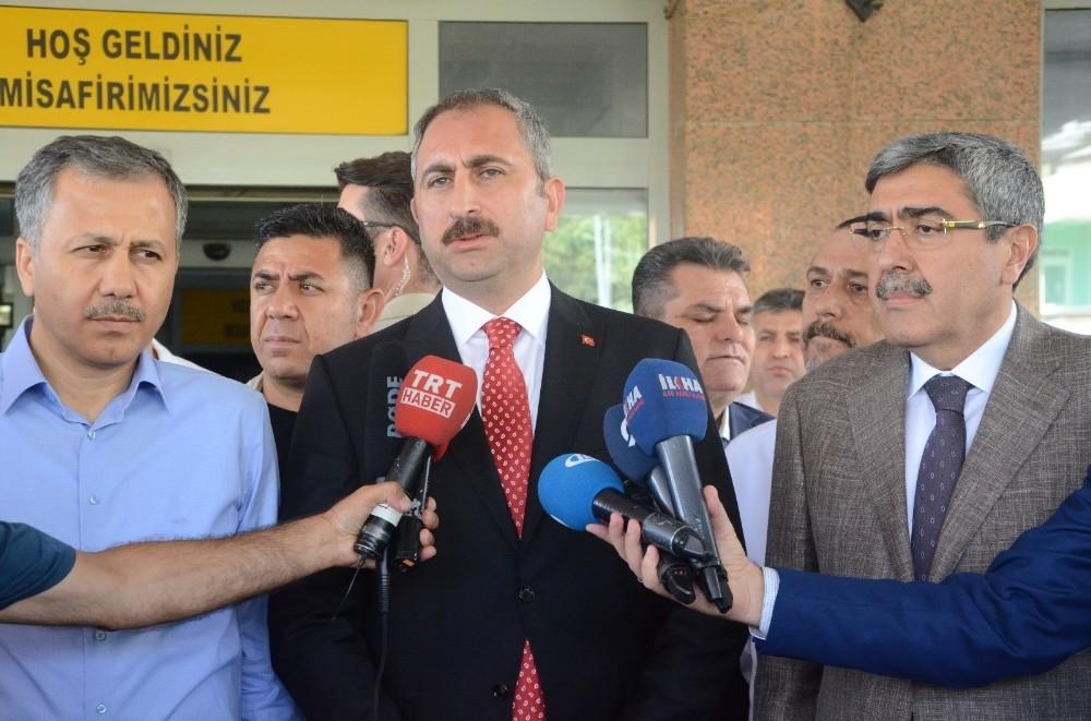 """Adalet Bakanı Gül: ″Yavru köpek olayındaki kepçe operatörü tutuklanmıştır"""""""