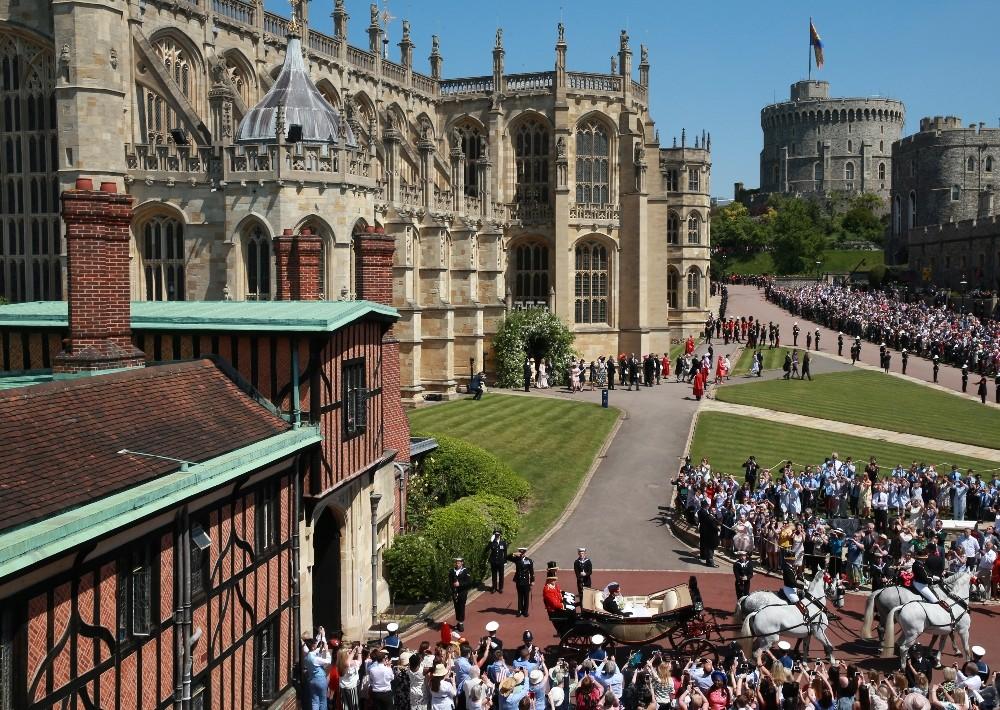 Prens Harry ve Markle, kraliyet arabasıyla şehir turu yaptı