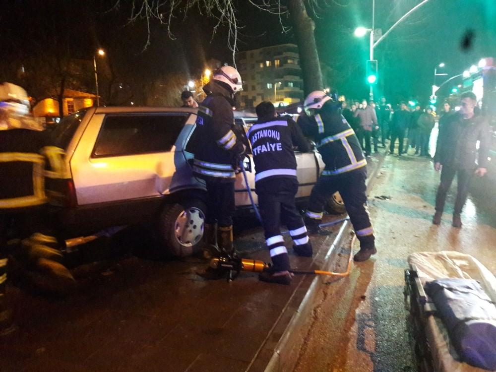 Otomobil, yol kenarındaki ağaca çarparak durabildi: 3 Yaralı