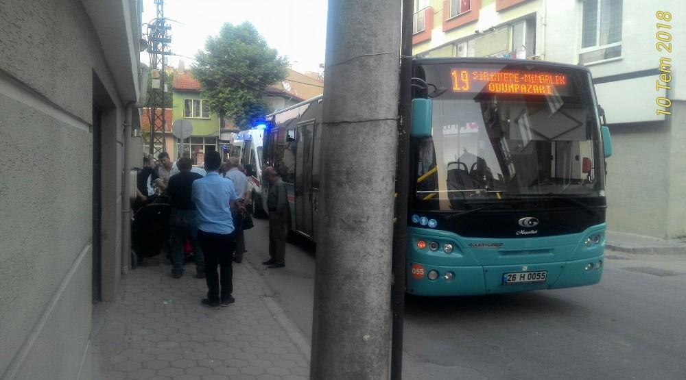 Otobüsten inerken düşen yaşlı kadın yaralandı