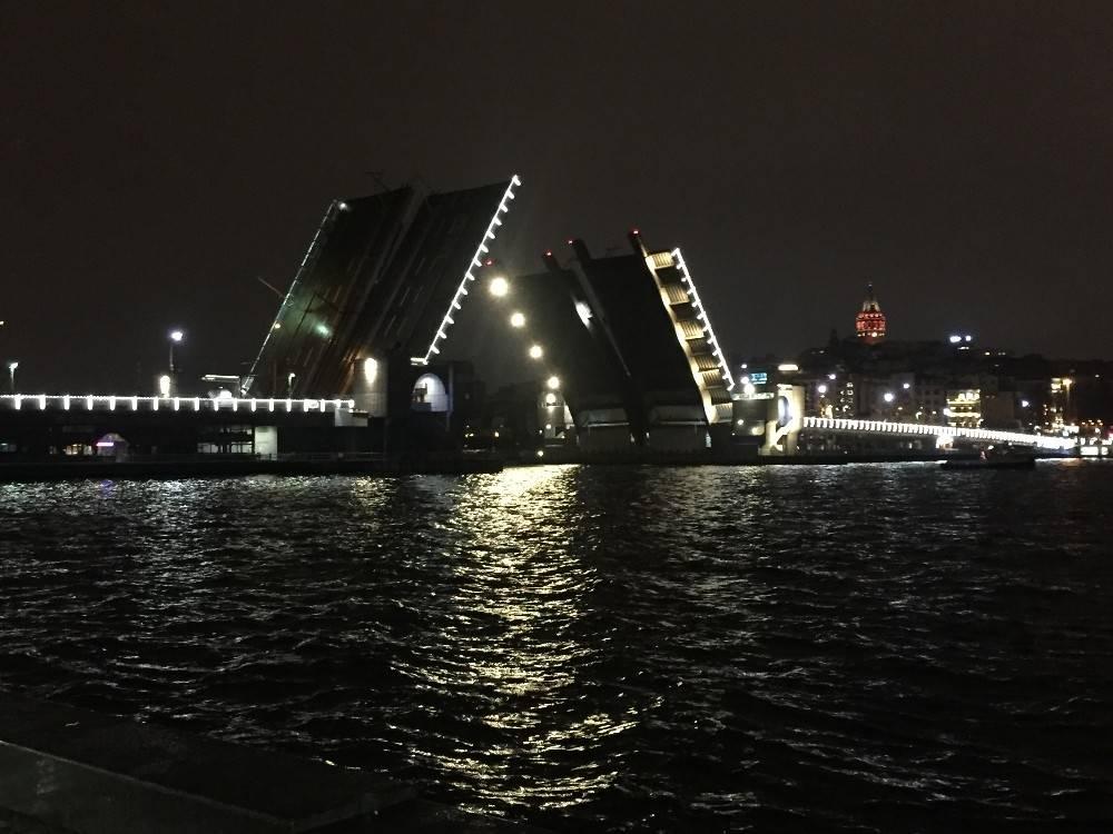 Galata ve Atatürk köprüsü deniz trafiğine açıldı
