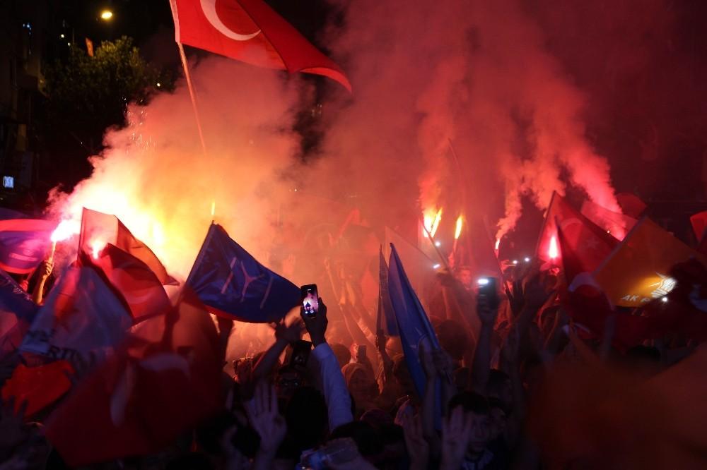 Manisa'da AK Parti ve MHP'liler sokaklara döküldü