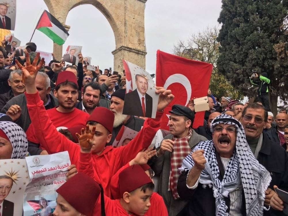 Mescid-i Aksa'da Türk Bayraklarıyla kutlama