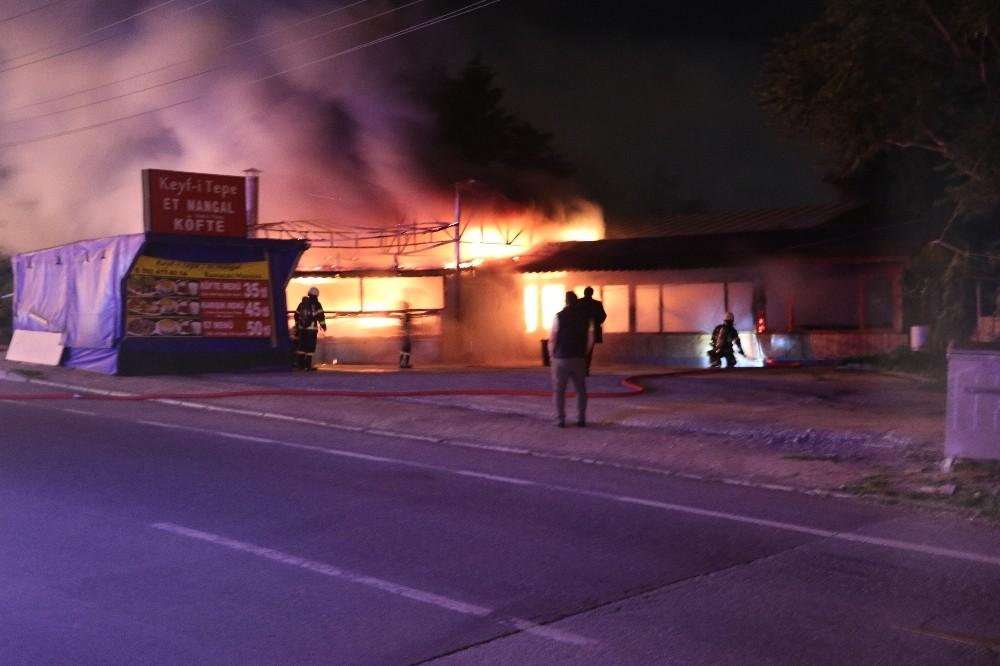 Sahur vakti çıkan yangın restoranı kül etti