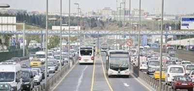 Cevizlibağ'da metrobüs yoluna araç girdi.