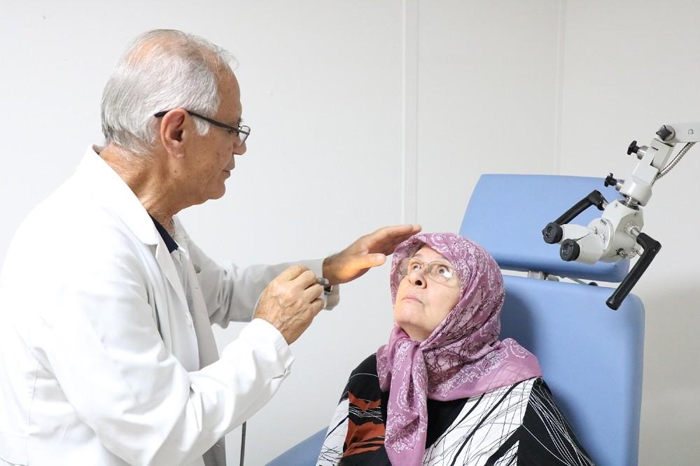 Yaşlılar sağlık taraması için Tıp Merkezi'nde