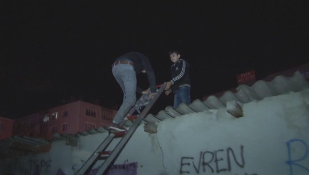 Çatıdan düşen hırsız dükkan içerisinde mahsur kaldı