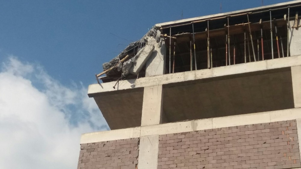 İzmir'de kule vinç devrildi: 1 ağır yaralı