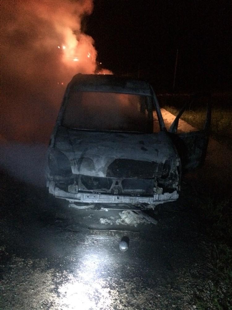 Park halinde yanan otomobil küle döndü