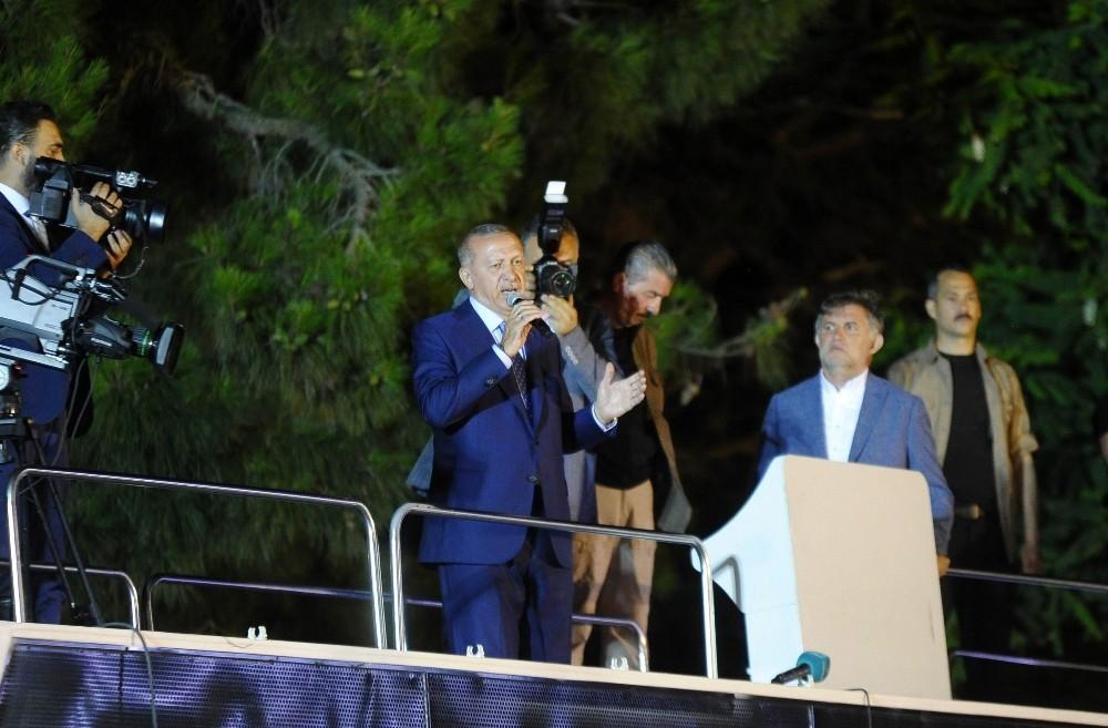 Cumhurbaşkanı Erdoğan Huber Köşkü önünde toplanan kalabalığa seslendi