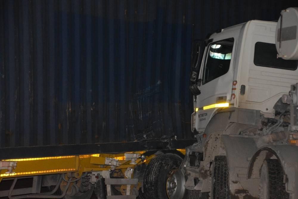 İzmir'de TIR İle Beton Mikseri Çarpıştı; 1 Kişi Yaralı