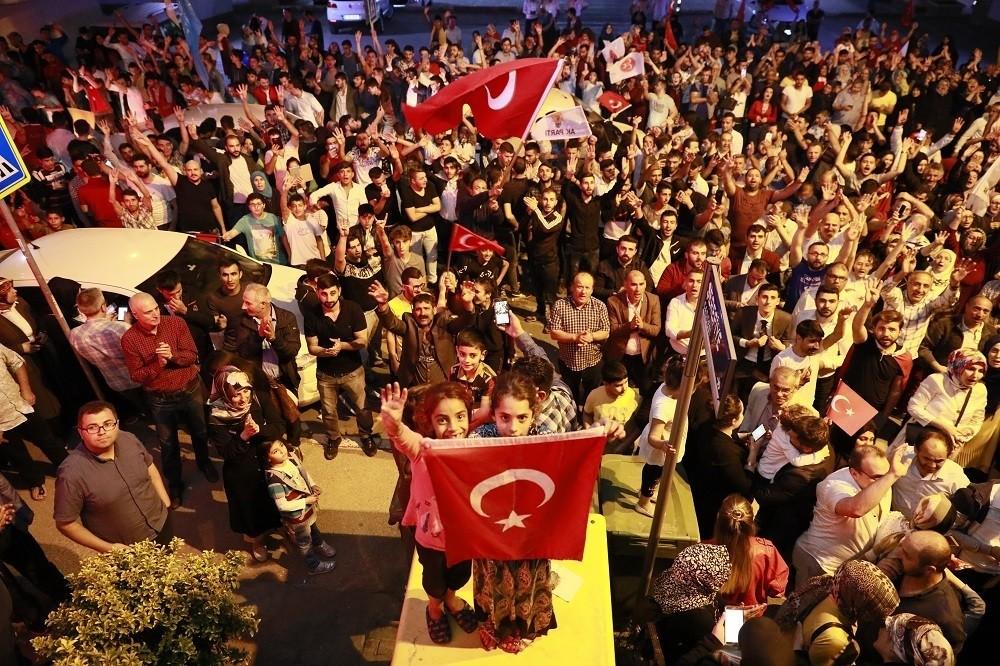 Körfezliler seçim zaferini kutladı