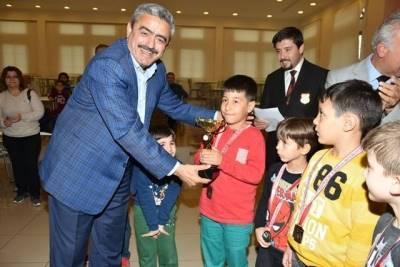 Satranç şampiyonlarının ödülleri Başkan Alıcık'tan