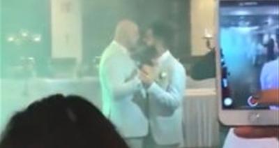 Türkiye'de İki Erkek Düğün Salonunda Evlendi